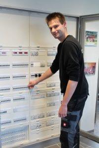 Der frisch gebackene Lehrling des Monats, Jannes Hanken vor einem Sicherungskasten.